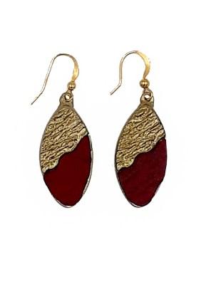 Χειροποίητα σκουλαρίκια από ορείχαλκο. Τα σκουλαρίκια αυτά είναι δεμένα με κόκκινες επεξεργασμένες πέτρες. Τα χρώματα μπορεί να διαφέρουν ελάχιστα, λόγω της επεξεργασίας που γίνεται στο χέρι. Τα κοσμήματα είναι αναλλοίωτα αφού έχουν εμβαπτιστεί σε ειδικά βερνίκια. Ολα μας τα σκουλαρίκια είναι υποαλλεργικά (Nickel free). Μήκος σκουλαρικιών 3cm Τα σκουλαρίκια, διαχρονικά και σύγχρονα, είναι η λεπτομέρεια που τραβά τα βλέμματα και μαγνητίζει.