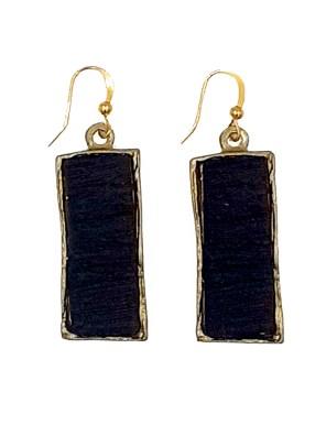Χειροποίητα σκουλαρίκια από ορείχαλκο. Κλασικά και όμορφα σκουλαρίκια δεμένα με μαύρες επεξεργασμένες πέτρες. Τα σκουλαρίκια είναι υποαλλεργικά (Nickel free). Μέγεθος σκουλαρικιών 4cm μήκος. Ολα μας τα κοσμήματα μένουν αναλλοίωτα αφού είναι εμβαπτισμένα σε ειδικά βερνίκια. Τα σκουλαρίκια, διαχρονικά και σύγχρονα, είναι η λεπτομέρεια που τραβά τα βλέμματα και μαγνητίζει.