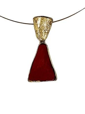 Χειροποίητο κολιέ από ορείχαλκο. Υπέροχο λαμπερό κοντό κολιέ σε τρίγωνο σχήμα με κόκκινη εντυπωσιακή επεξεργασμένη πέτρα δεμένο με χρυσό ατσάλι. Μέγεθος κολιέ 45cm συν 3cm προέκταση. Ολα μας τα κοσμήματα μένουν αναλλοίωτα αφού έχουν εμβαπτιστεί σε ειδικά βερνίκια. Οταν το μέταλλο παίρνει μορφή απογειώνει το καθημερινό σας ντύσιμο.