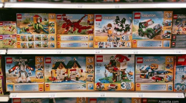 Juguetes Lego en la góndola de la tienda