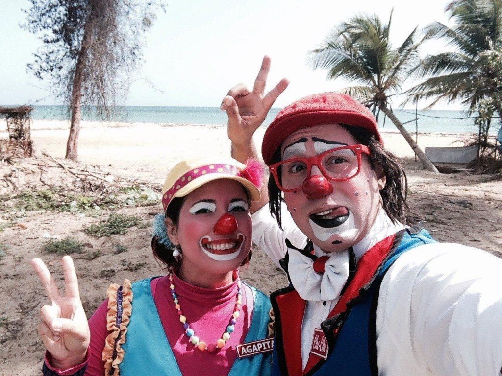 Habitos para ser feliz Payasos Agapita y Cheche en la playa