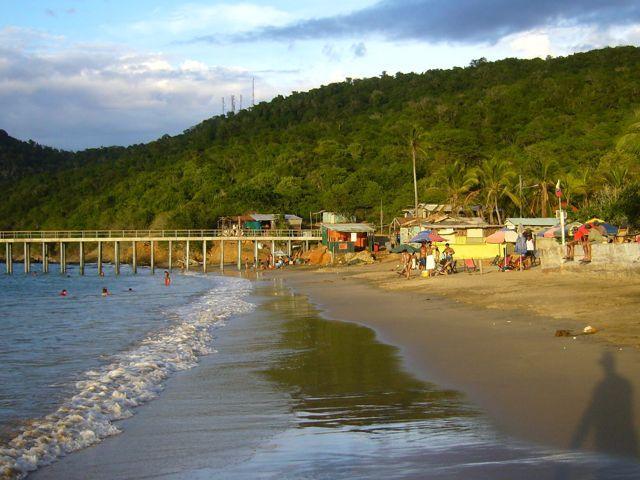 Playa de Puerto francés al fondo el muelle donde se toman las lanchas para carocolito