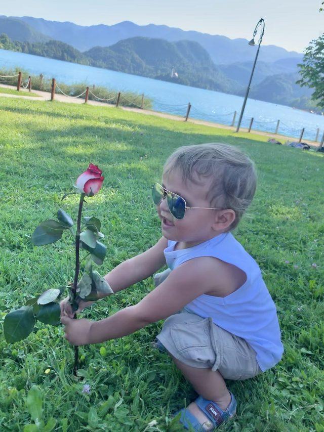 Tiago com uma rosa em Bled, Agarre o Mundo