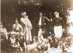 Slika sa jos jedne od Torquayskih amaterskih pozorisnih predstava (Agatha lezi dole u sredini)