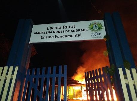 05082020-escola-incendiada