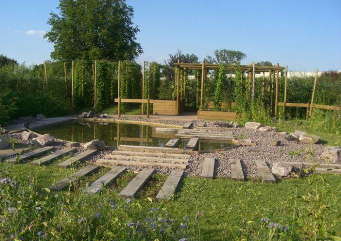 Vue du coeur du jardin en direction de la houblonnière