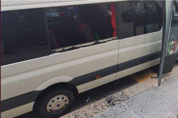 Lihat Bus AC Milan Dihajar Empat Fans Ultras Juventus