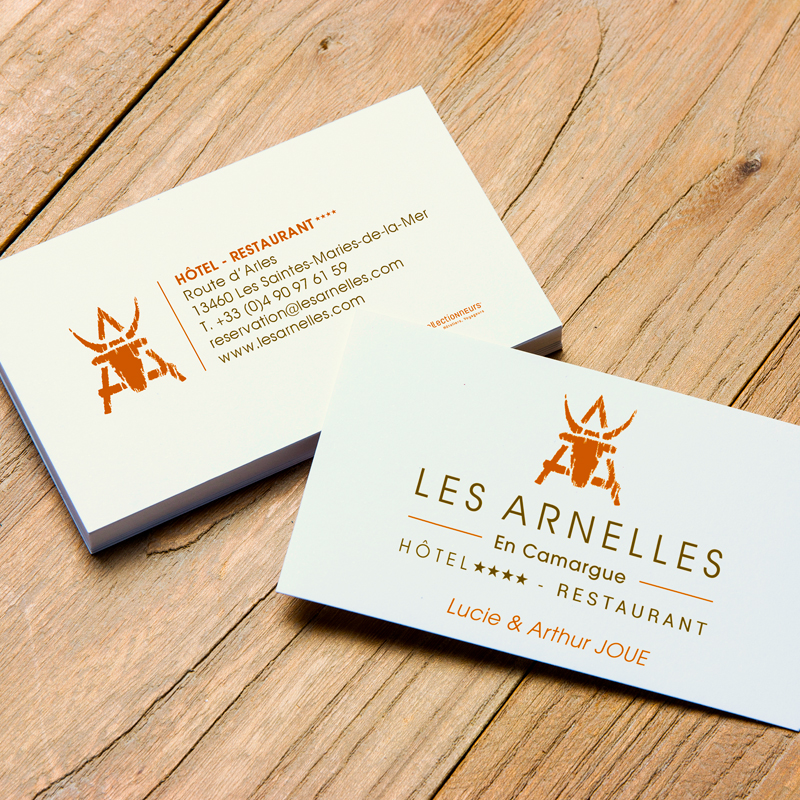 Carte de visite pour l'hôtel 4 étoiles Les Arnelles - Refonte du logo et de l'identité visuelle par l'agence Bonne Impression