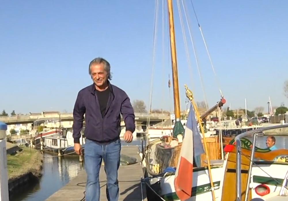 Titouan devant le port d'Aigues-Mortes