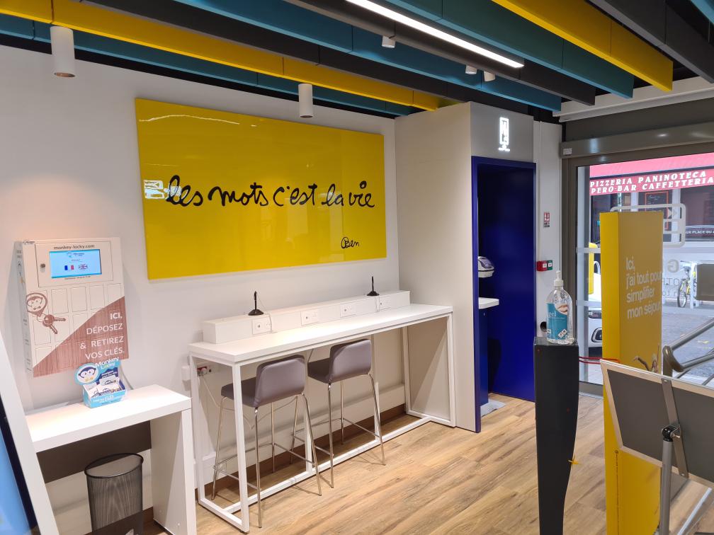 Tableau 'Les mots c'est la vie' signé Ben dans le bureau de Poste de poste du cours Saleya à Nice