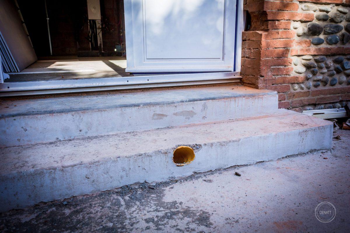 2 marches extérieures et ventilation maçonnées © Nathalie Tiennot
