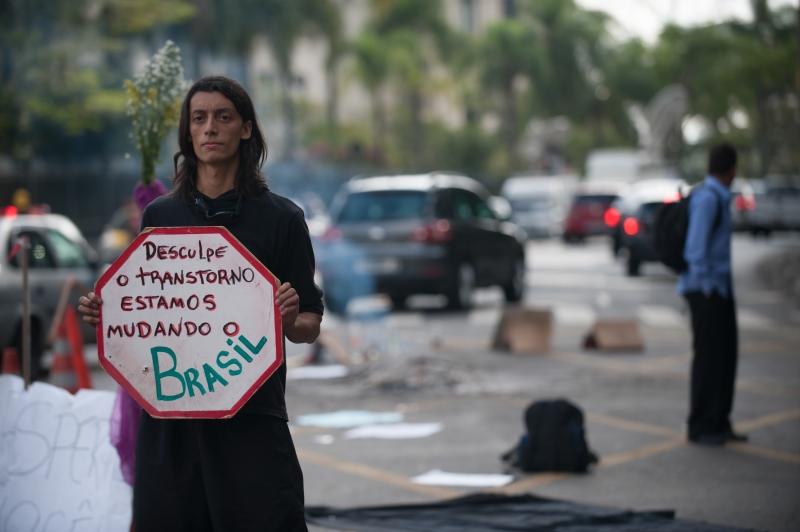 São Paulo, 17/06/2013 - Manifestantes que passaram a noite em frente ao Palácio dos Bandeirantes, sede do governo de São Paulo, continuaram o protesto na manhã desta terça-feira (18). Foto de Marcelo Camargo/ABr