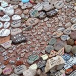 El Gobierno construirá «un espacio en memoria» de los fallecidos por el coronavirus con las piedras dejadas por sus familiares