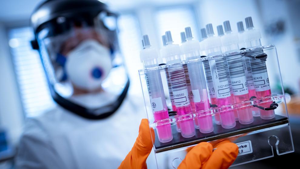 Johnson & Johnson suspende ensayos de su vacuna contra covid-19 en Colombia.