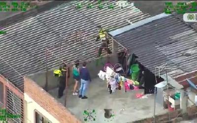 Por los techos de Ciudad Córdoba, ladrones pretendían huir luego de atracar a una mujer.