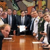 Governo Bolsonaro mantém privilégios e cria bônus para Militares na Reforma da Previdência. Aposentado comum pagará a conta. Aprovação fica difícil.