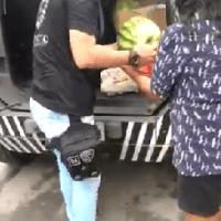 Por que os grevistas não tiram capuz ao promover um ato de Caridade ?