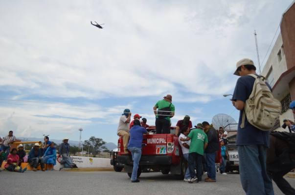 La avanzada de la CETEG, arribo al bloqueo carretero que realizaban indígenas productores ante el acoso de la PF de desalojarlos, pero al llegar los manifestantes no les permitieron quedarse. (Foto: Jesús Bello/API)