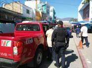 Momento en el que autoridades municipales se llevan a Popoca a su casa para revisar el estado de salud de su madre.