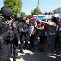 Pobladores de Teocuitlapa, Atlixtac, retienen a policías estatales