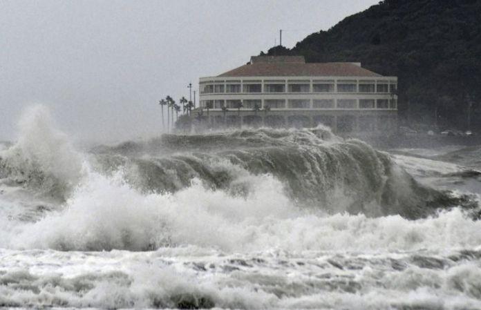 Ondas altas atingem uma praia em Miyazaki, no sudoeste do Japão, quando o tufão Krosa se aproxima Ondas altas batem em uma praia em Miyazaki, no sudoeste do Japão
