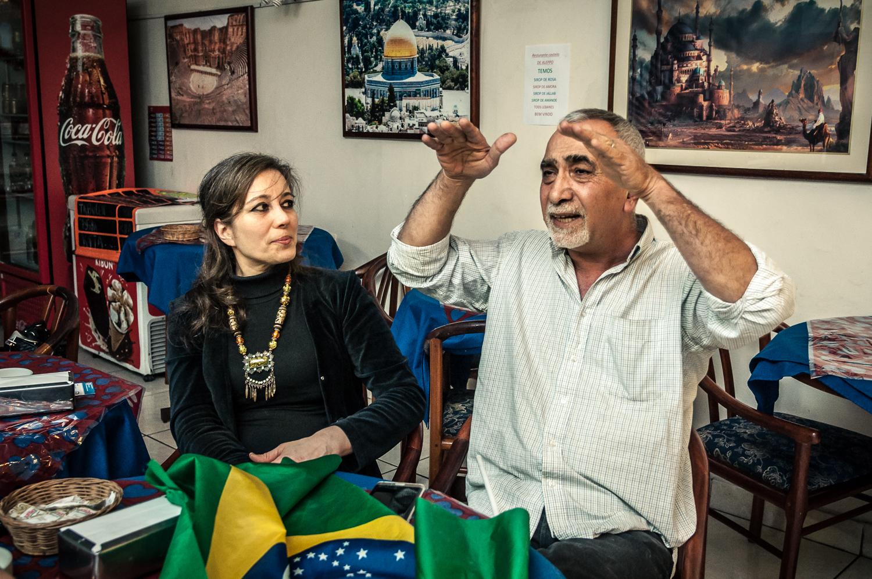 Os sírios Chaza Alturkmani e Suhib Zinou, de 60 anos, abriu em Campinas o restaurante de comida árabe Castelo de Alepo     Foto: Martinho Caires