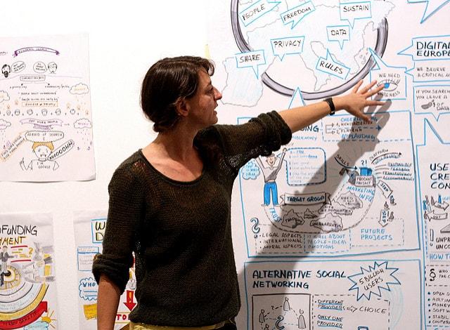 Imagen mujer explicando cual red social es mejor para mi empresa