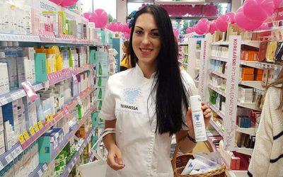Nasza wyszkolona dermokonsultantka Karolina promuje oraz wspiera sprzedaż kosmetyków podczas otwarcia drogerii