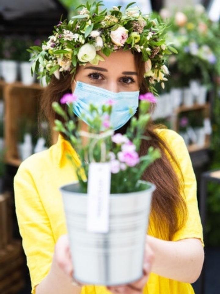 hostessa na targach kwiatów i roślin balkonowych