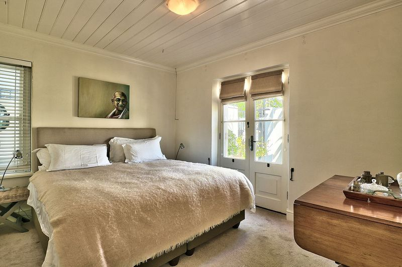 https://capeholidays.info/listing/newlands-four-bedroom-self-catering-holiday-villa/