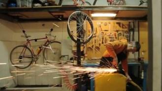 Bicycled la bicicletta realizzata con pezzi di macchine dismesse economia circolare