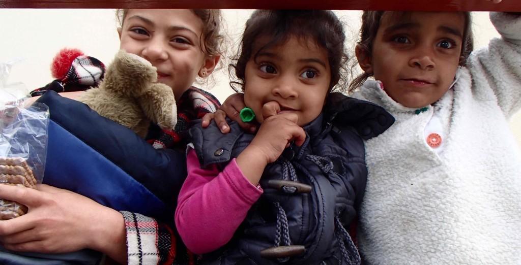Glade og litt bekymra barn i Pireus, Athen. Foto: Lena Ronge.