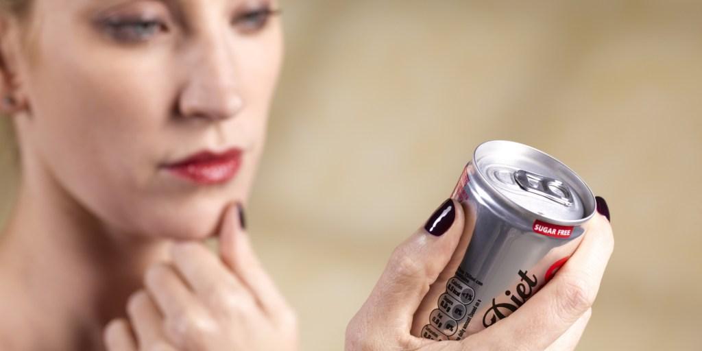 Detectan mayor riesgo de muerte prematura en mujeres que toman refrescos