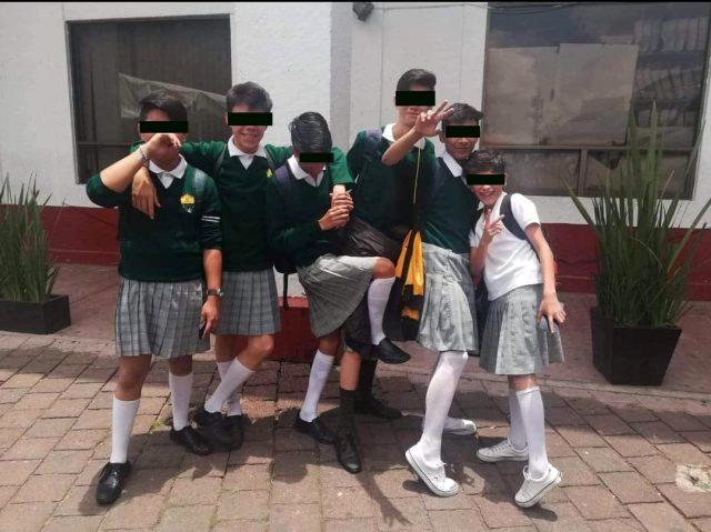 """Alumnos de CDMX usan """"uniforme neutro"""" y llegan a su secundaria con falda"""