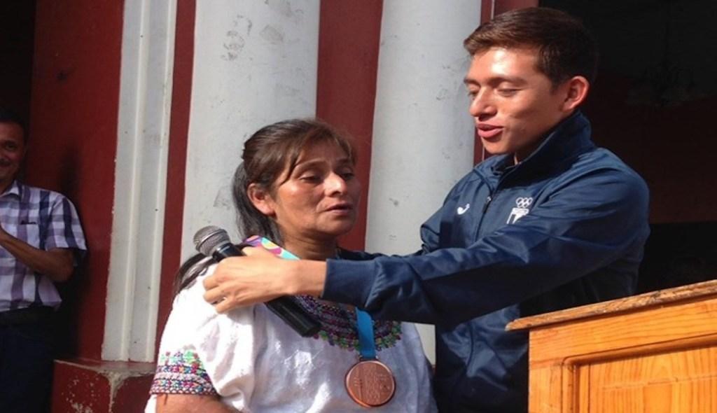 Atleta le regaló a su mamá la medalla que ganó en Juegos Panamericanos, lo crió sola