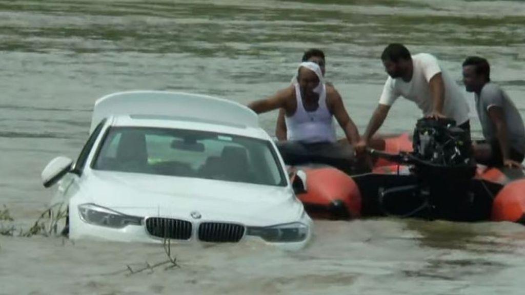 Sus padres le regalan un BMW y un joven lo avienta al río porque él… ¡Quería un Jaguar!