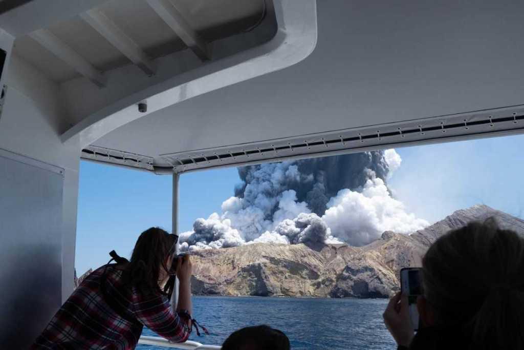 Por lo menos cinco personas murieron y 18 más están heridas tras erupción del volcán Whakaari