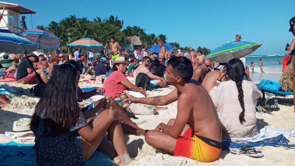 Protestan con picnic masivo en Playa Mamitas de Playa del Carmen por arresto de dos turistas