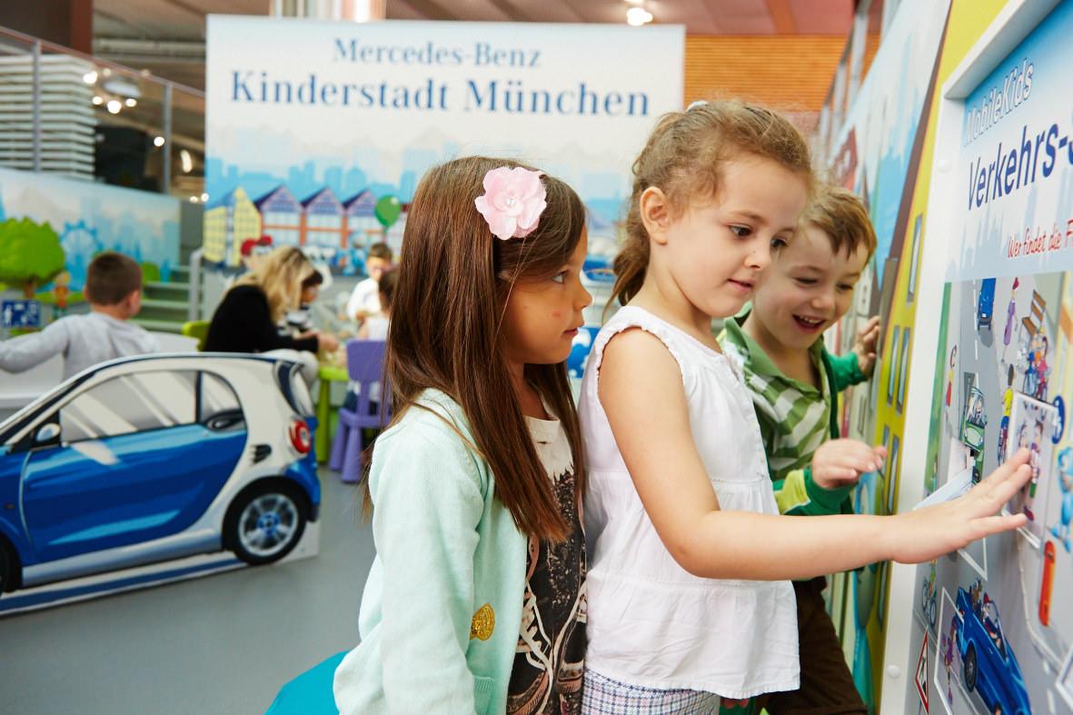 Markenerlebniswelten - Spielecke für Handel und Shoppingcenter - Mercedes-Benz Kinderstadt - Kulissenwand - Agentur Ravensburger
