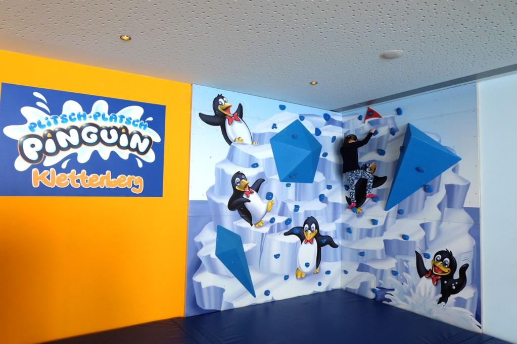 """""""Plitsch-Platsch, Pinguin""""-Kletterwand."""