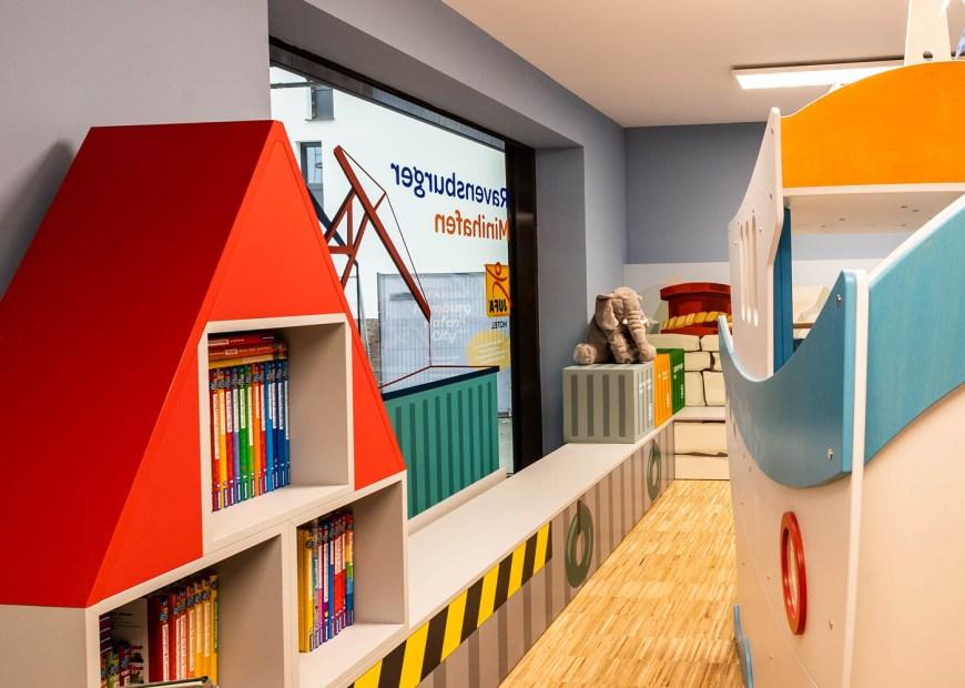 Mit den bunten Containern lässt sich prima stapeln - oder die Kinder setzen sich einfach darauf und erfahren Spannendes mit den zahlreichen Wieso? Weshalb? Warum? - Büchern.