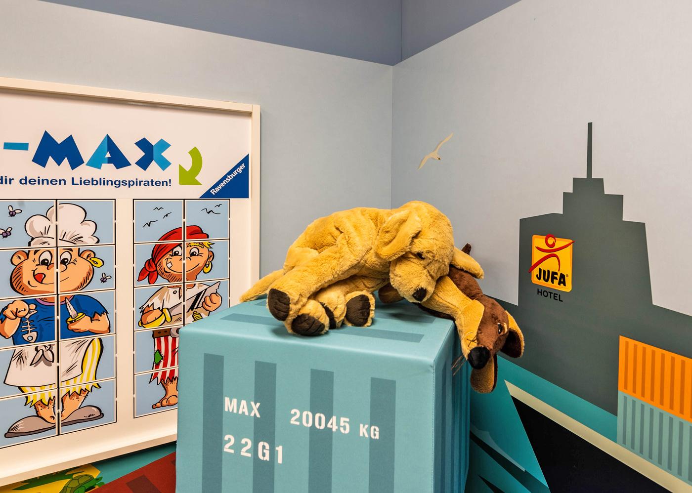 Die Container-Würfel können zum Stapeln oder als Sitzmöglichkeit genutzt werden.