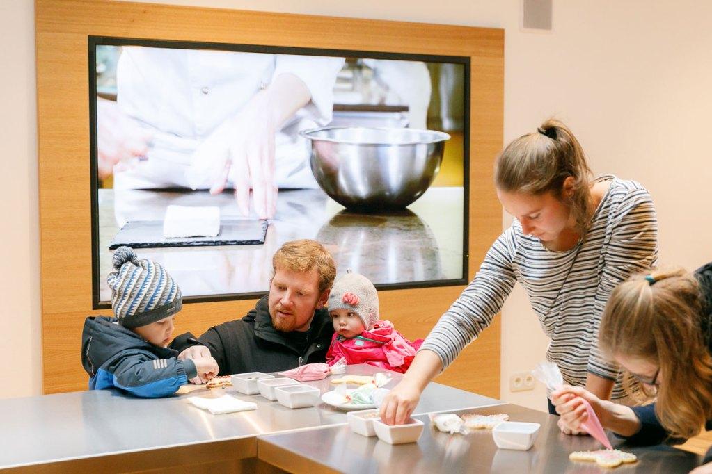 """In der Backstube erhalten die Besucher mit dem """"Bretzeli"""" einen Einblick hinter die Kulissen der berühmten Feinbäcker aus Trubschachen im Schweizerischen Emmental."""