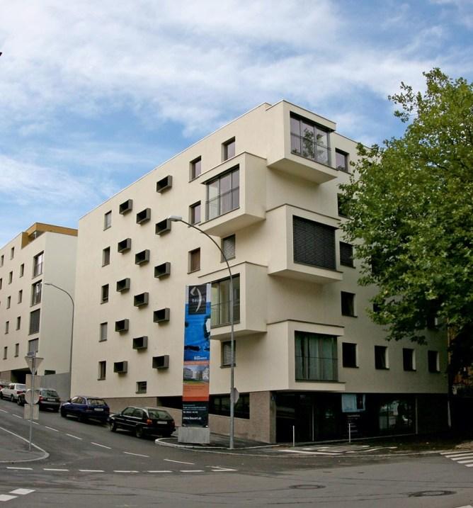 2005 Wohn- und Geschäftshäuser B::west, Bregenz Projekt in Stadtkernlage neben der Hotelanlage Ibis Bregenz. 1 Mietshaus mit 17 Mietwohnungen, 2 innerstädtische Wohn- und Geschäftshäuser mit 2 Geschäftsflächen und 27 Eigentumswohnungen, großteils mit Terrassen, 2-geschossige Tiefgarage ©Bauart