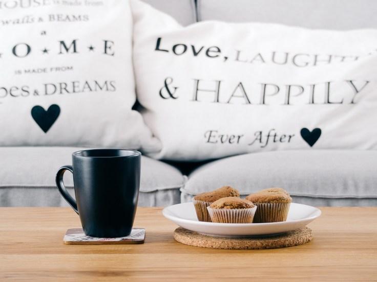 glücklich auf der couch zusammen