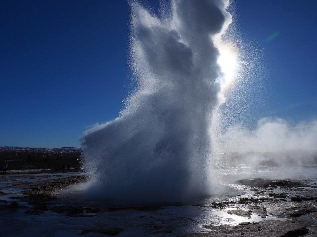 geyser-3242008_1920.jpg