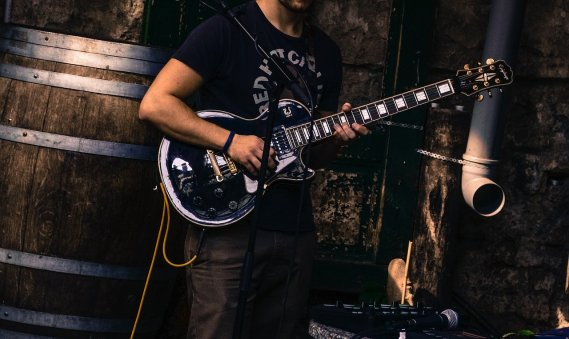 guitar-player-2733074_1280
