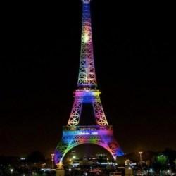 酷新闻:法国巴黎铁塔亮起彩虹灯  悼奥兰多同志夜店枪击案