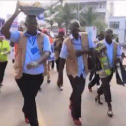 酷新闻:乌干达男警穿上高跟鞋 体验女性辛苦