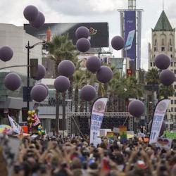 酷新闻:同志游行施放49颗紫气球 悼念奥兰多罹难者